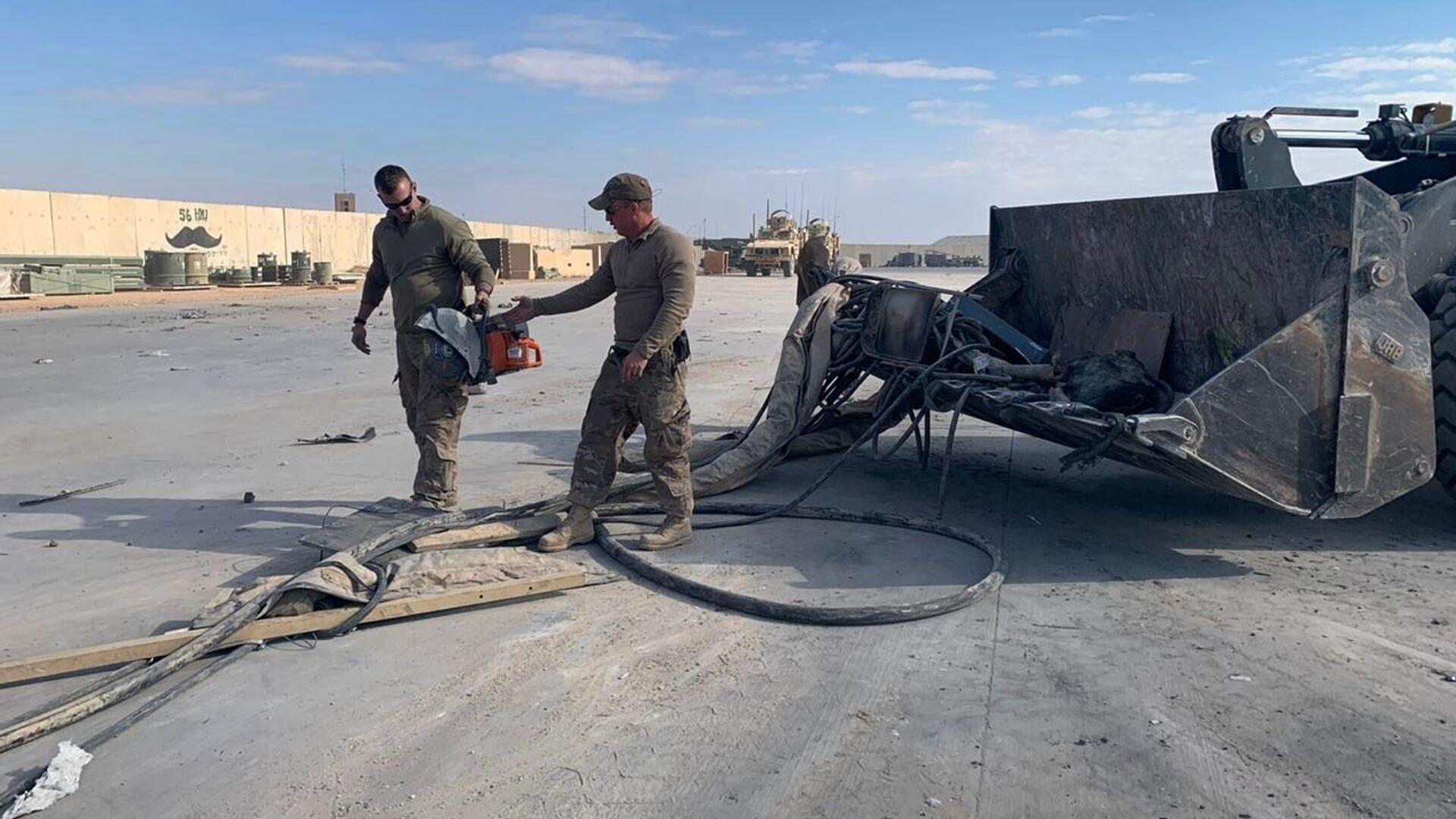 Американские военные чистят военную базу Эйн-аль-Асад после обстрела в Ираке - Sputnik Italia, 1920, 27.07.2021