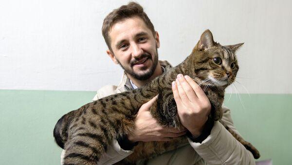 Mikhail Galin con il suo gatto Viktor - Sputnik Italia