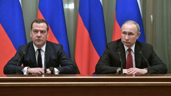 Dimitry Medvedev e Vladimir Putin - Sputnik Italia