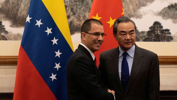 Il ministro degli Esteri del Venezuela, Jorge Arreaza, con il suo omologo cinese, Wang Yi - Sputnik Italia