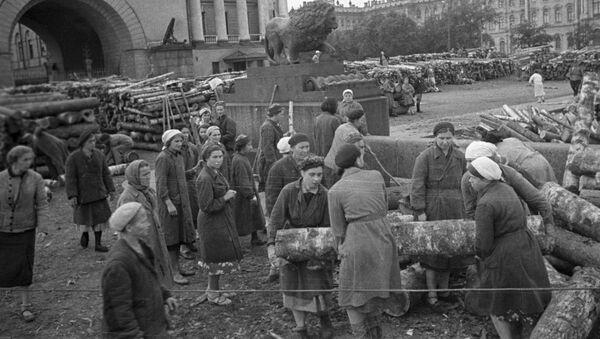 Гражданское население блокадного Ленинграда сооружает укрепления на улицах города, 1941 год - Sputnik Italia