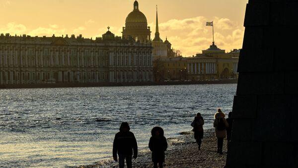 Le persone camminano lungo la spiaggia vicino alla Fortezza di Pietro e Paolo. - Sputnik Italia