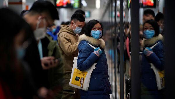 Persone con le maschere a Shanghai - Sputnik Italia