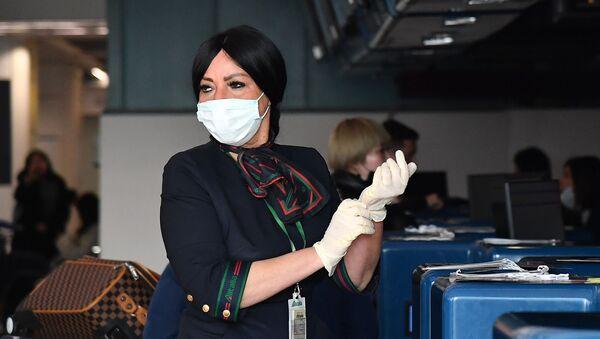 La dipendente dell'aeroporto Fiumicino si sta preparando al controllo dei passeggeri della China Southern Airlines - Sputnik Italia