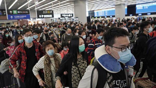 Passeggeri in maschere alla stazione ferroviaria a Hong Kong - Sputnik Italia