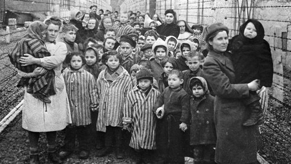 Le prime ore dopo la liberazione di Auschwitz  - Sputnik Italia