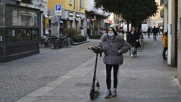 Una ragazza con una maschera nel quartiere cinese di Milano - Sputnik Italia