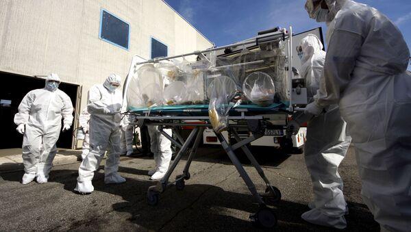 Medici italiani impegnati in un corso per il trasporto di pazienti contagiosi a Pratica di Mare - Sputnik Italia