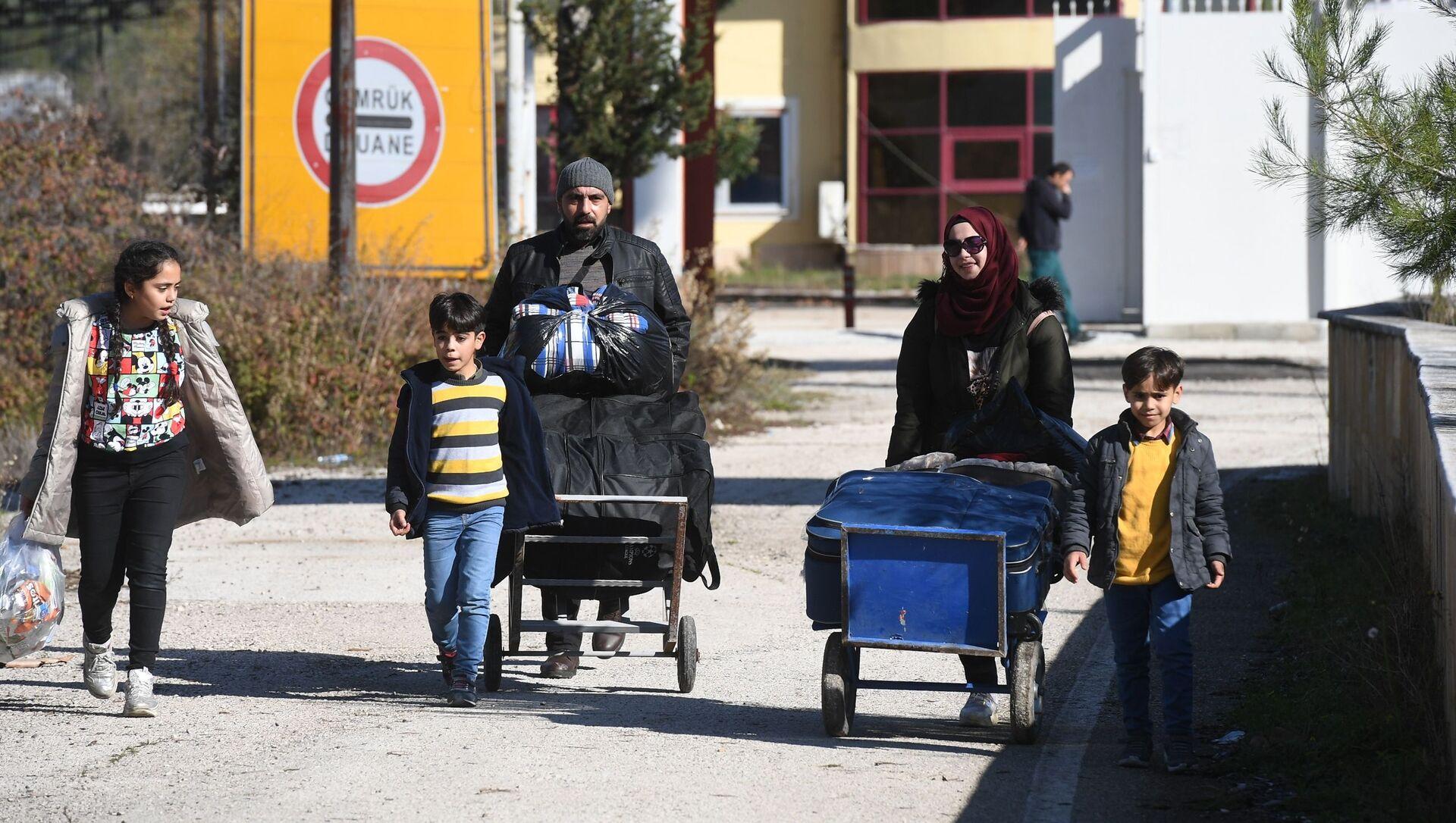 Rifugiati siriani al confine tra Siria e Turchia - Sputnik Italia, 1920, 27.04.2021