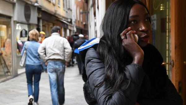 Una ragazza al telefono a Venezia - Sputnik Italia
