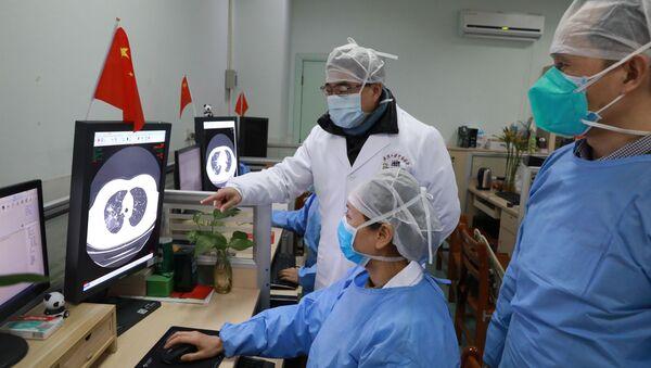 Medici cinesi osservano uno studio sul coronavirus - Sputnik Italia