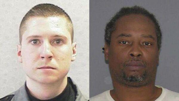 Il poliziotto Ray Tensing, a sinistra, è stato accusato di omicidio di Sam DuBose. - Sputnik Italia