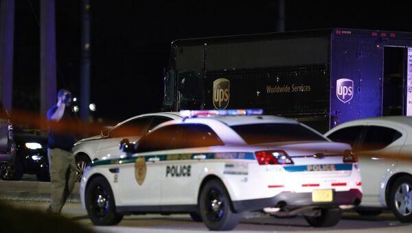Un'autorità cammina sulla scena di una sparatoria negli USA, giovedì, Dec. 5, 2019, in Miramar, Florida. - Sputnik Italia