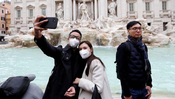 Turisti in maschere si fanno un selfie a Roma - Sputnik Italia