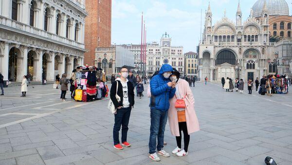 Turisti in maschere sulla piazza San Marco a Venezia - Sputnik Italia