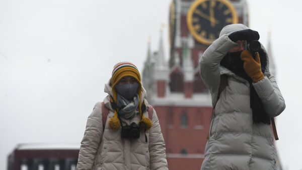 Turisti in maschere nella piazza Rossa a Mosca - Sputnik Italia