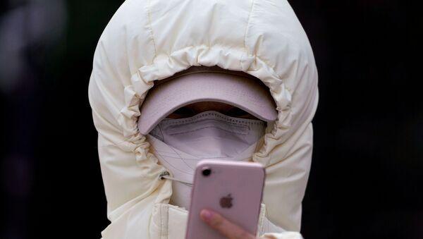 Una donna in una maschera a Shanghai - Sputnik Italia