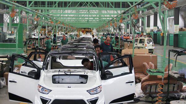 I lavoratori assemblano auto elettriche in una fabbrica di Zouping, nella provincia di Shandong, nella Cina orientale, il 16 settembre 2014 - Sputnik Italia