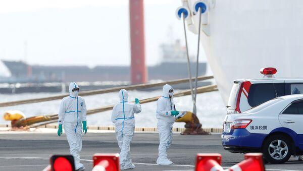 Il trasferimento dei passeggeri infetti dalla nave da crociera Diamond Princess, Yokohama - Sputnik Italia