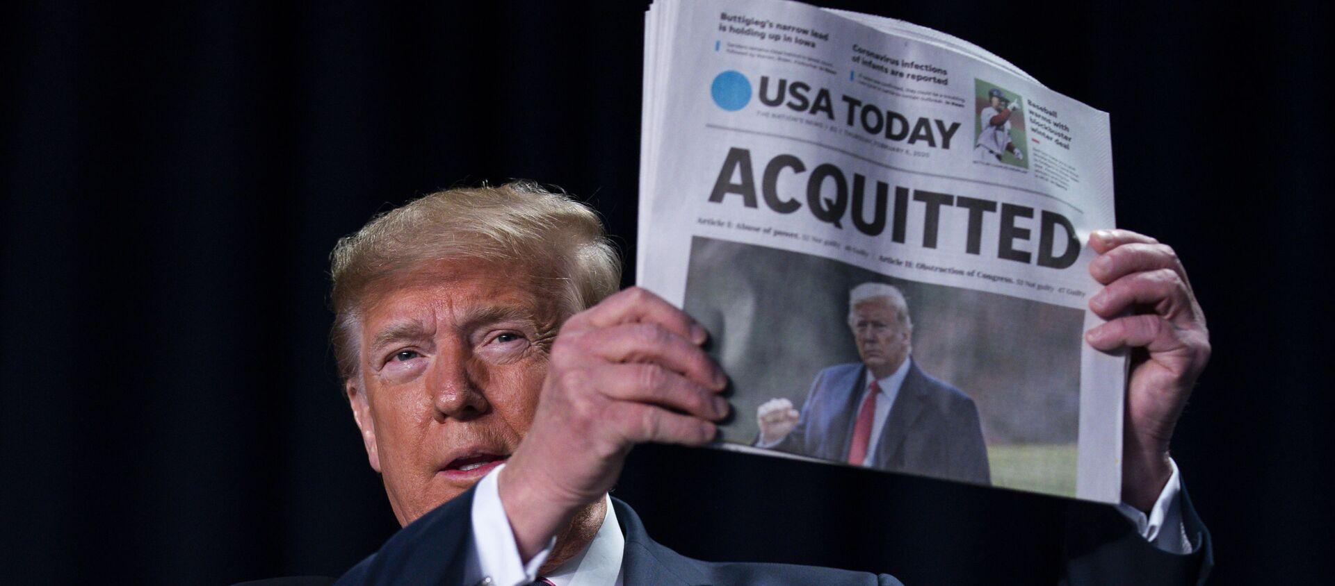 Presidente Donald Trump mostra quotidiano che scrive dell'assoluzione - Sputnik Italia, 1920, 10.02.2021