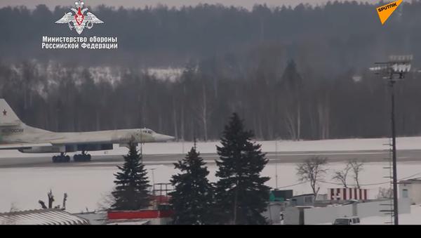 Difesa russa mostra il primo volo del bombardiere missilistico strategico Tu-160M - Sputnik Italia