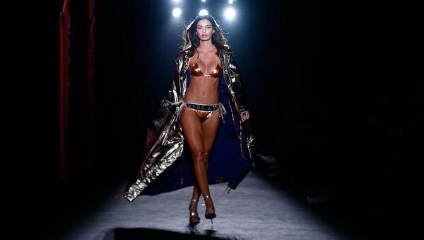 Una modella sfila durante la presentazione di Custo Barcelona alla 080 Barcelona Fashion week. - Sputnik Italia