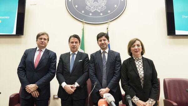 Il viceministro Sileri (a dx) insieme al premier Conte ed al ministro della Sanità Speranza - Sputnik Italia