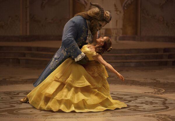 Emma Watson e Dan Stevens nel film La bella e la bestia, 2017 - Sputnik Italia