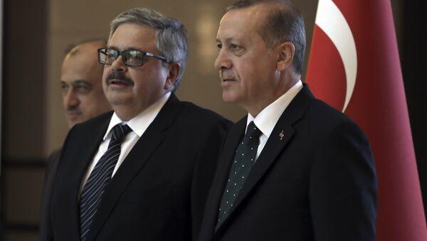 Il presidente turco Recep Tayyip Erdogan, a destra, parla con il nuovo ambasciatore russo in Turchia, Alexei Yerkhov, mentre presenta le sue credenziali, ad Ankara, in Turchia - Sputnik Italia