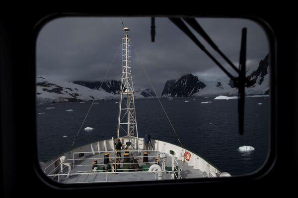 I membri dell'equipaggio a bordo della nave Esperanza vicino al Canale di Lemaire in Antartide, il 5 febbraio 2020 - Sputnik Italia