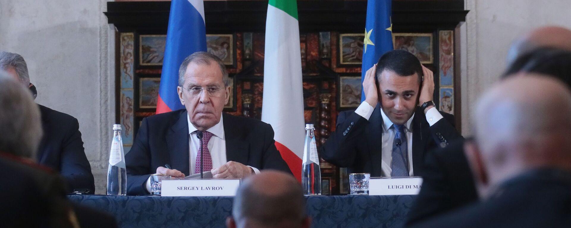 I ministri degli Esteri di Italia e Russia Sergey Lavrov e Luigi di Maio durante l'incontro bilaterale in formato 2+2 Italia-Russia - Sputnik Italia, 1920, 25.08.2021