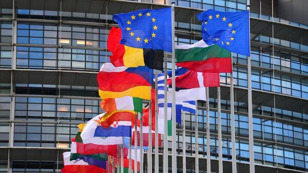 Bandiere dei paesi dell'UE di fronte all'edificio principale del Consiglio d'Europa a Strasburgo - Sputnik Italia