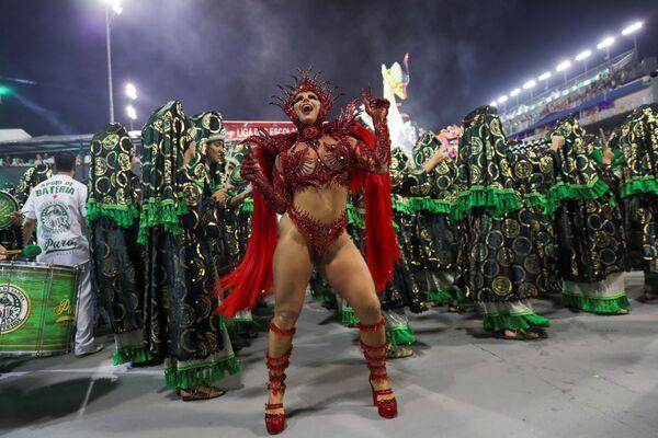 La regina del tamburo Viviane Araujo della scuola di samba Mancha Verde si esibisce durante la prima notte del Carnevale al Sambadrome di San Paolo, Brasile, il 22 febbraio 2020 - Sputnik Italia