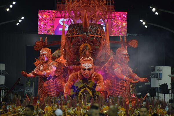 Scuola di samba Tom Maior si esibisce durante la prima notte del Carnevale a San Paolo in Brasile, il 22 febbraio 2020 - Sputnik Italia