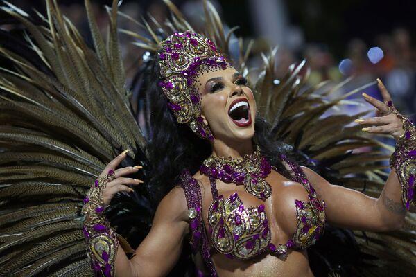 Scuola di samba Barroca Zona Sul si esibisce durante la prima notte del Carnevale al Sambadrome di San Paolo, Brasile, il 21 febbraio 2020 - Sputnik Italia