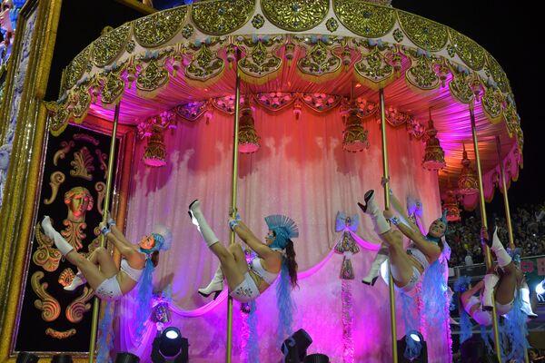 Scuola di samba Dragoes da Real si esibisce durante la prima notte del Carnevale al Sambadrome di San Paolo, Brasile, il 22 febbraio 2020 - Sputnik Italia