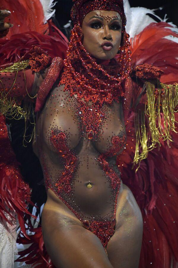 Una partecipante dalla scuola di samba Tom Maior si esibisce durante la prima notte del Carnevale al Sambadrome di San Paolo, Brasile, il 22 febbraio 2020 - Sputnik Italia