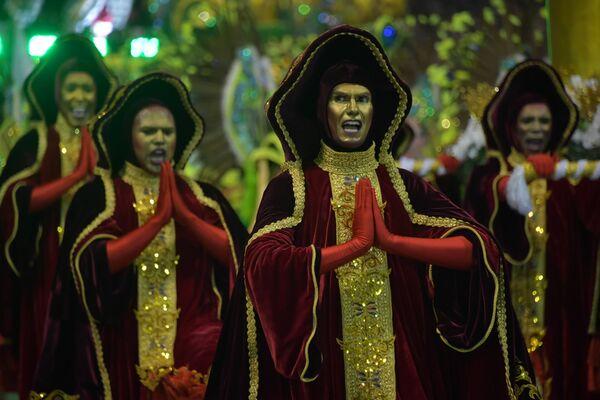 Scuola di samba Mancha Verde si esibisce durante la prima notte del Carnevale al Sambadrome di San Paolo, Brasile, il 22 febbraio 2020 - Sputnik Italia