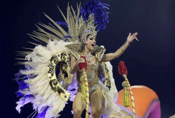 Una partecipante dalla scuola di samba Tom Maior si esibisce durante la prima notte del Carnevale a San Paolo, Brasile, il 22 febbraio 2020 - Sputnik Italia