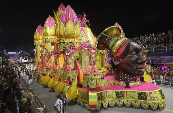 Scuola di samba Barroca Zona Sul si esibisce durante la prima notte del Carnevale a San Paolo, Brasile, il 22 febbraio 2020 - Sputnik Italia