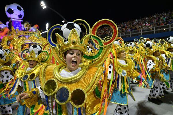Scuola di samba Tom Maior si esibisce durante la prima notte del Carnevale a San Paolo, Brasile, il 22 febbraio 2020 - Sputnik Italia
