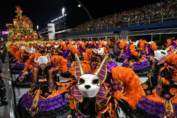 Scuola di samba Dragoes da Real si esibisce durante la prima notte del Carnevale a San Paolo, Brasile, il 22 febbraio 2020 - Sputnik Italia