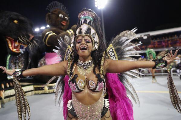 Scuola di samba Barroca Zona Sul si esibisce durante la prima notte del Carnevale a San Paolo, Brasile, il 21 febbraio 2020 - Sputnik Italia