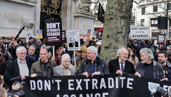 Craig Murray, Vanis Varoufakis, Vivienne Westwood, Kristinn Hrafnsson, John Shipton e Roger Waters hold durante la manifestazione in sostegno di Julian Assange - Sputnik Italia