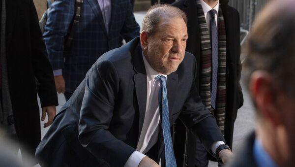 Harvey Weinstein al suo arrivo a New York per affrontare il processo in cui è accusato di violenza sessuale - Sputnik Italia