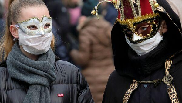 I partecipanti al carnevale di Venezia in maschere e mascherine - Sputnik Italia