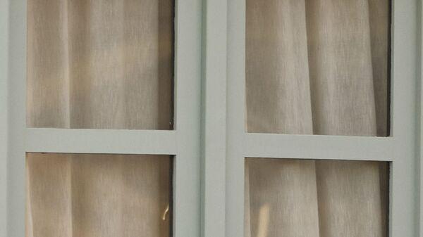 Una donna guarda dalla finestra del Costa Adeje Palace hotel, Tenerife - Sputnik Italia