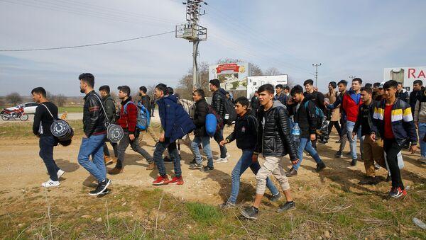 Мигранты идут к пограничному переходу Пазаркуле в Турции  - Sputnik Italia