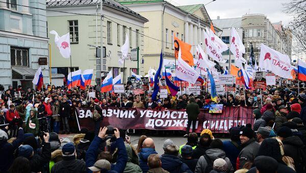 I partecipanti al corteo in memoria del politico russo Boris Nemtsov a Mosca - Sputnik Italia