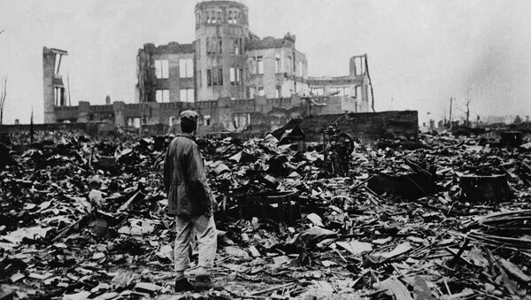 Aman looks over the expanse of ruins left the explosion of the atomic bomb on August 6, 1945 in Hiroshima, Japan - Sputnik Italia